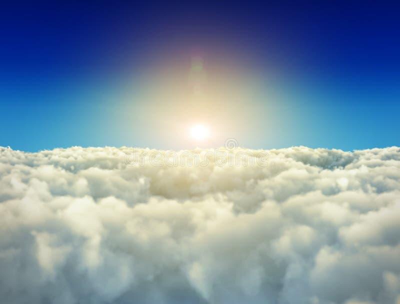 El sol brillante es brillante sobre las nubes blancas libre illustration