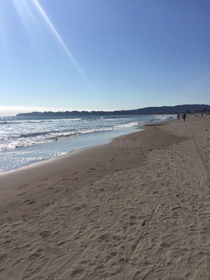 El sol costero del cielo del agua de la arena del área de la playa irradia fotografía de archivo libre de regalías