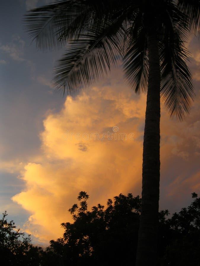 El sol detrás de las nubes imágenes de archivo libres de regalías