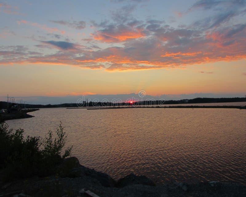 El sol está cayendo detrás del lago foto de archivo libre de regalías