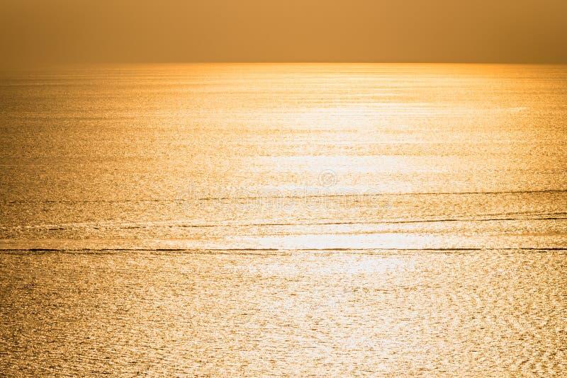 El sol está cayendo en tiempo de la puesta del sol en el cabo de Promthep en Phuket, Tailandia foto de archivo libre de regalías