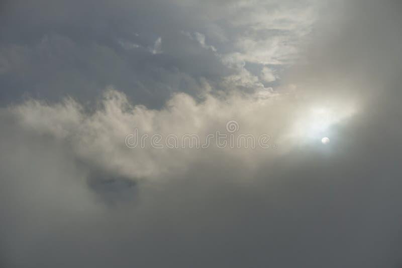 El sol oculto en la nube imagen de archivo