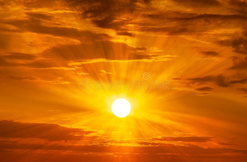 El sol que brilla en el fondo de la puesta del sol o de la salida del sol del cielo imágenes de archivo libres de regalías