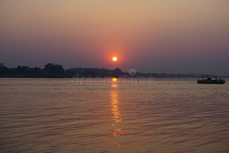 el sol rojo va más allá del horizonte Vientiane, Laos El río Mekong imagen de archivo