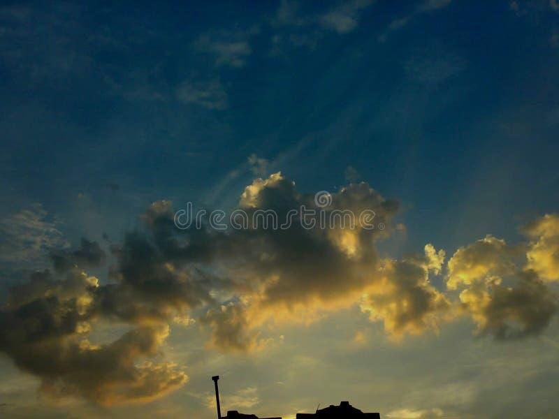 El sol se levanta sobre las nubes del mar y del oro fotografía de archivo libre de regalías