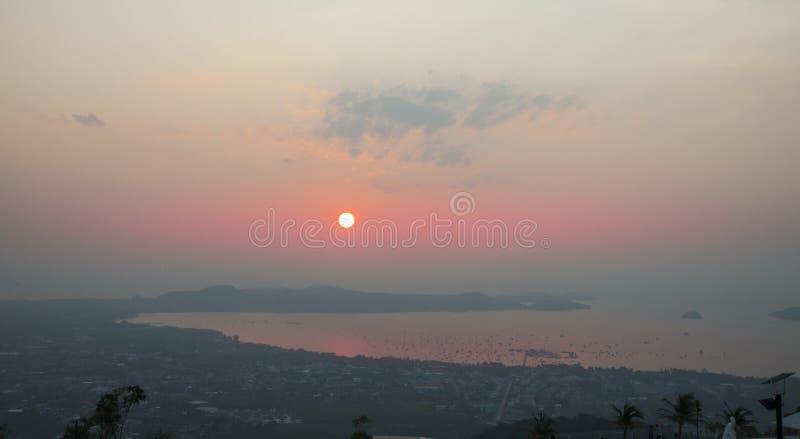 El sol se levanta sobre las nubes del mar y del oro Sun sube sobre la isla Salida del sol sobre la laguna con muchos barcos imágenes de archivo libres de regalías