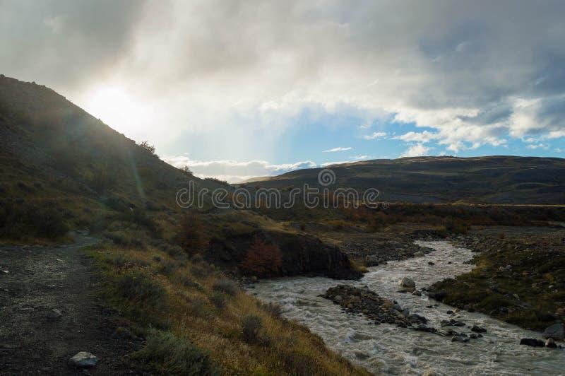 El sol sube sobre el canto de la colina fotografía de archivo