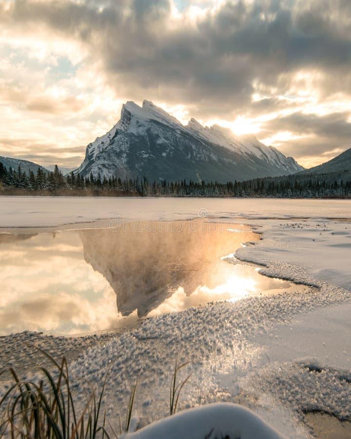 El sol sube sobre los lagos bermellones con Mt Rundle imagen de archivo libre de regalías