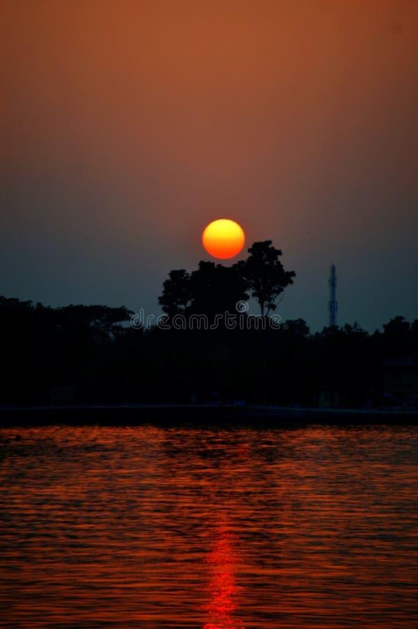 El sol va abajo imagenes de archivo