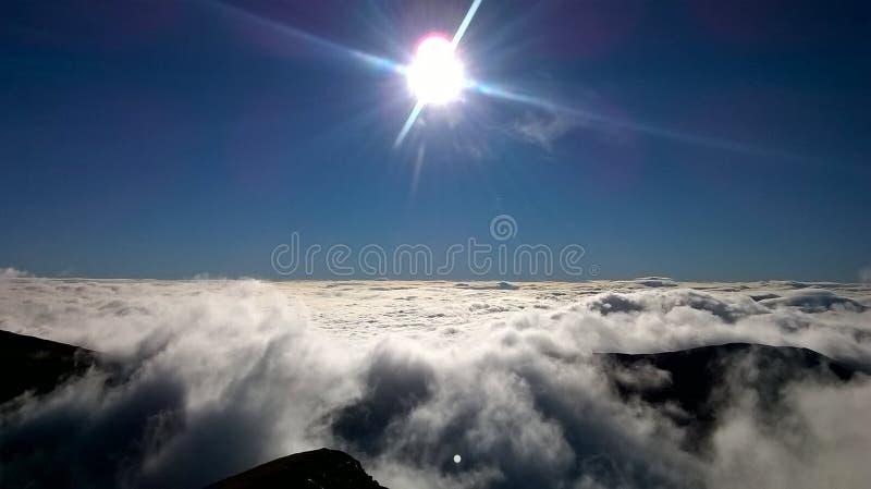 El sol y el cielo en la salida del sol en el solsticio ventilan fotografía de archivo