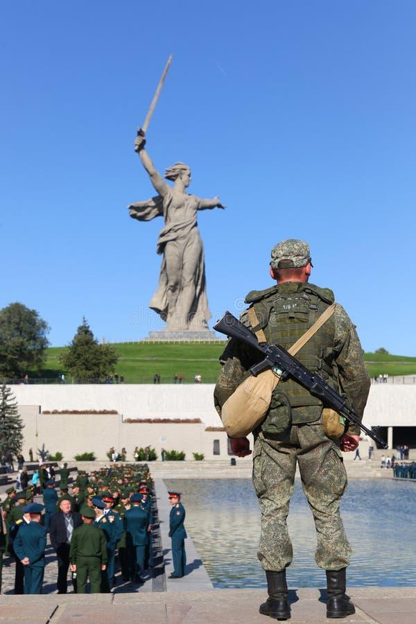 El soldado armado en posts de la lucha fotografía de archivo libre de regalías