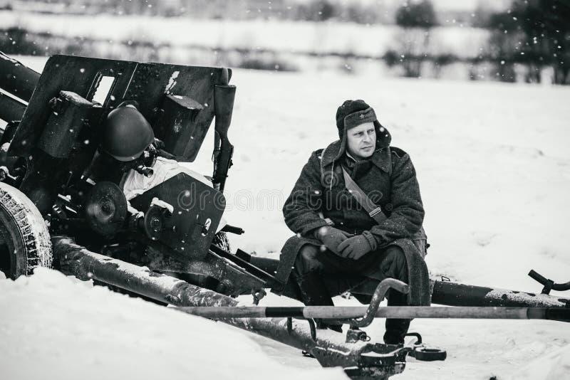 El soldado de ejército rojo se está sentando en el arma divisional M1942 ZiS-3 de 76 milímetros imagen de archivo libre de regalías
