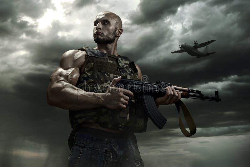 El soldado en un fondo de las nubes de tormenta fotografía de archivo libre de regalías