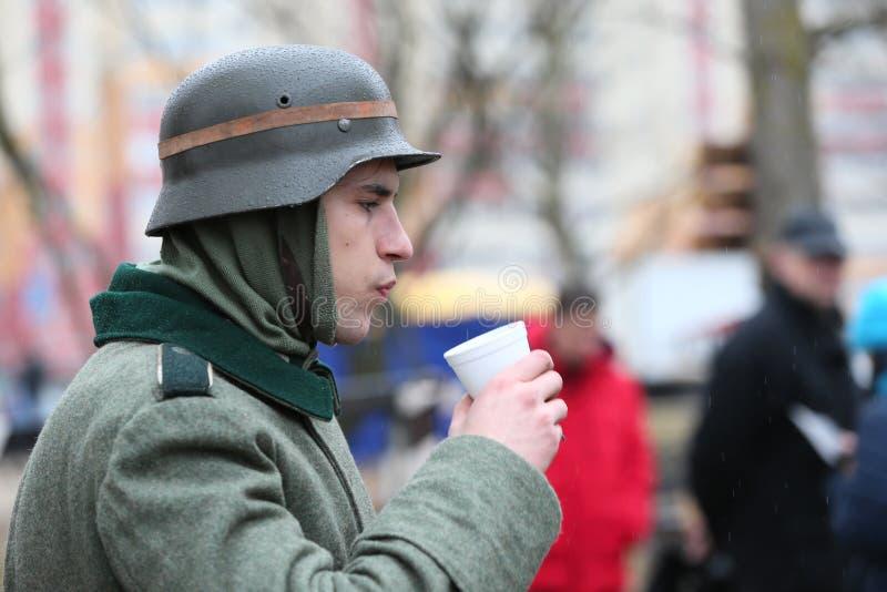 El soldado está comiendo imágenes de archivo libres de regalías