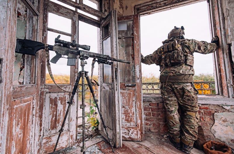 El soldado mira hacia fuera la ventana fotografía de archivo