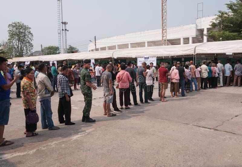 El soldado se coloca en fila con los civiles para la Pre-elección en Khonkaen, Tailandia fotos de archivo