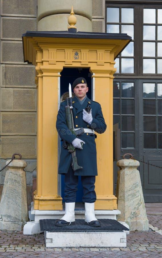 El soldado sueco en un poste en el palacio real, Estocolmo fotos de archivo libres de regalías