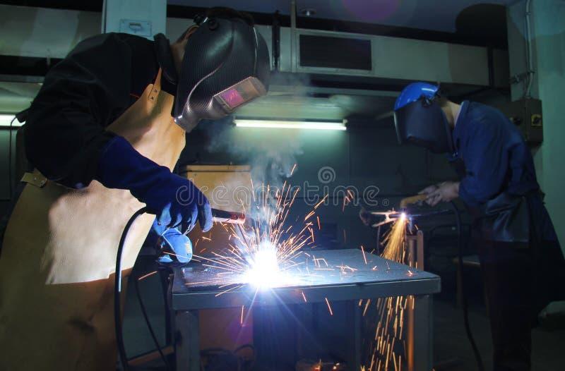 El soldar de los trabajadores de acero imagen de archivo