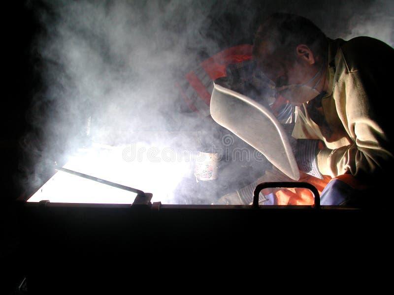 El soldar por noche fotos de archivo
