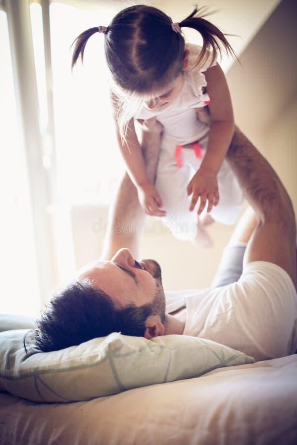 El solo padre tiene juego con su niña fotos de archivo libres de regalías