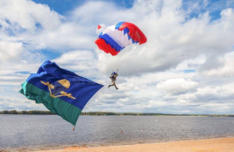 El solo puente de paracaídas militar en un paracaídas del ala ejecuta a foto de archivo