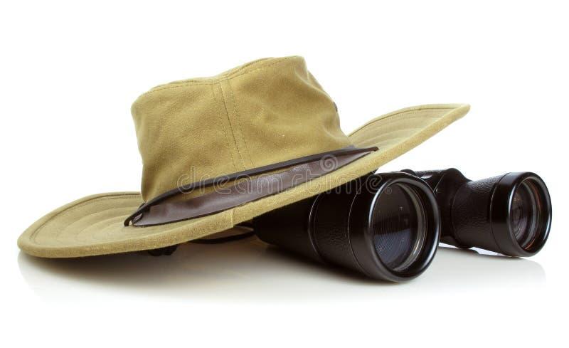 El sombrero de los caminantes con los prismáticos imágenes de archivo libres de regalías
