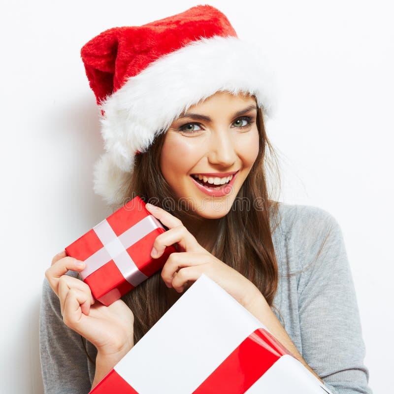 El sombrero de Papá Noel de la Navidad isolaed el regalo de la Navidad del control del retrato de la mujer imagen de archivo