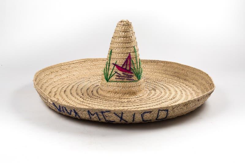 El sombrero mexicano del sombrero de la paja en el fondo blanco aislado foto de archivo