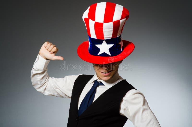 El sombrero que lleva del hombre con símbolos americanos imagen de archivo