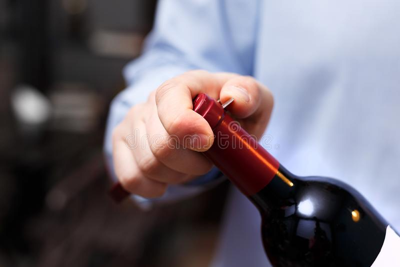 El Sommelier está abriendo una botella de vino con un sacacorchos imágenes de archivo libres de regalías