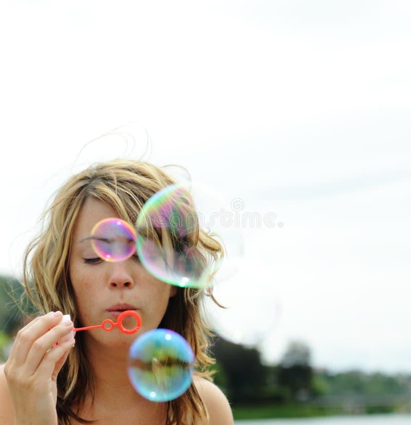 El soplar de las burbujas imagen de archivo