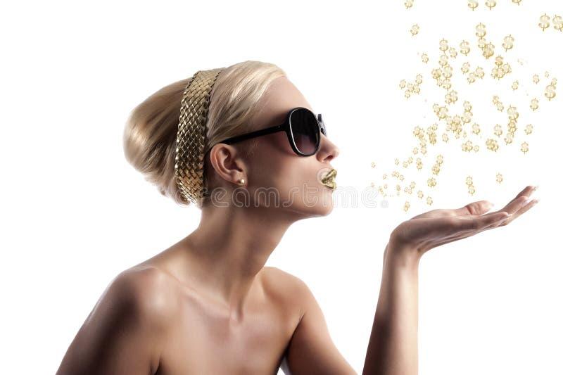 El soplar de oro de la muchacha de los labios foto de archivo libre de regalías