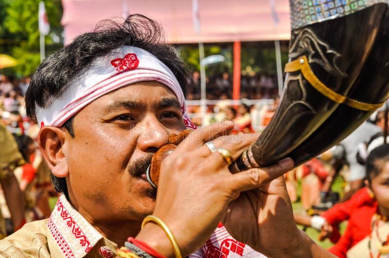 El soplar del cuerno en Assam fotos de archivo libres de regalías
