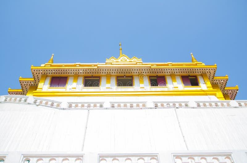 El soporte de oro un templo tailandés real de Wat Saket, Bangkok, Tailandia foto de archivo