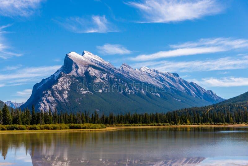 El soporte Rundle reflejó en parque nacional del lago bermellón, Banff, Alberta, Canadá imagen de archivo