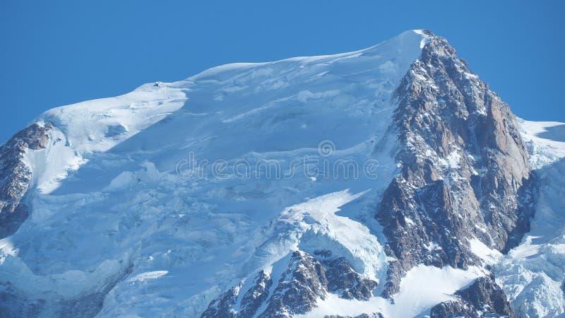 El sorprender cerca hasta los glaciares perennes de la gama de Mont Blanc en el lado francés foto de archivo