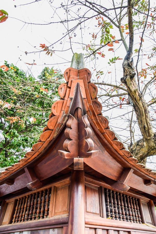 El sorprender de la característica local de la arquitectura clásica china del pabellón por la tarde en Hanoi, Vietnam fotos de archivo
