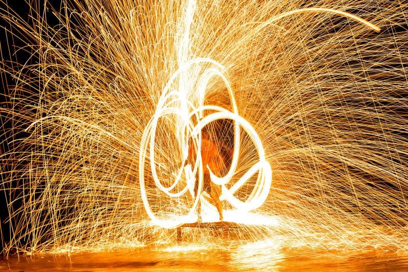 El sorprender de la demostración del fuego Funcionamiento de fuego en la noche foto de archivo libre de regalías
