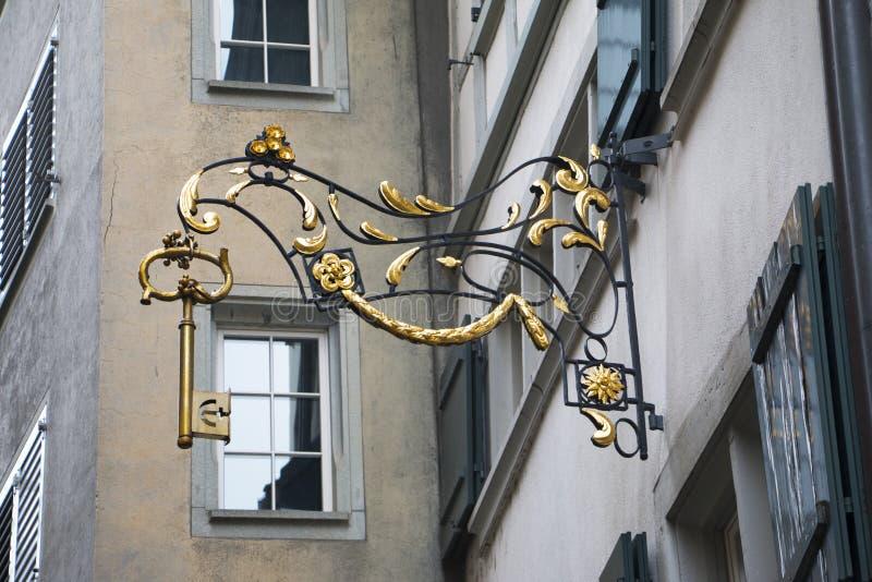 El sorprender robando en tiendas el letrero Zurich como llave grande imagen de archivo