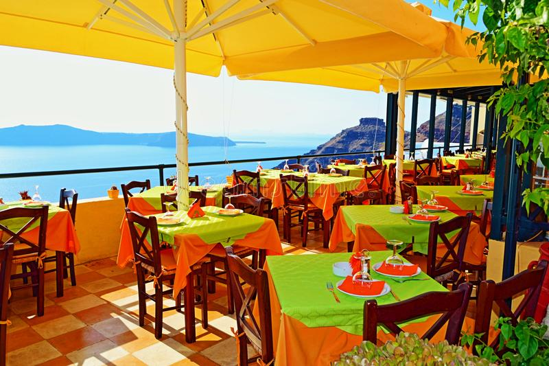 El Spectacular ve la isla de Santorini de la terraza del restaurante fotografía de archivo