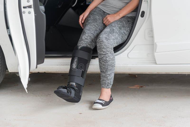 el sportsware que llevaba de la mujer de lesión con negro echó en la sentada de la pierna fotografía de archivo libre de regalías
