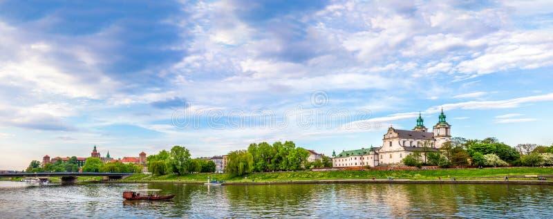 El St Michael Archangel y Wawel se escuda en Cracovia, Polonia imagenes de archivo
