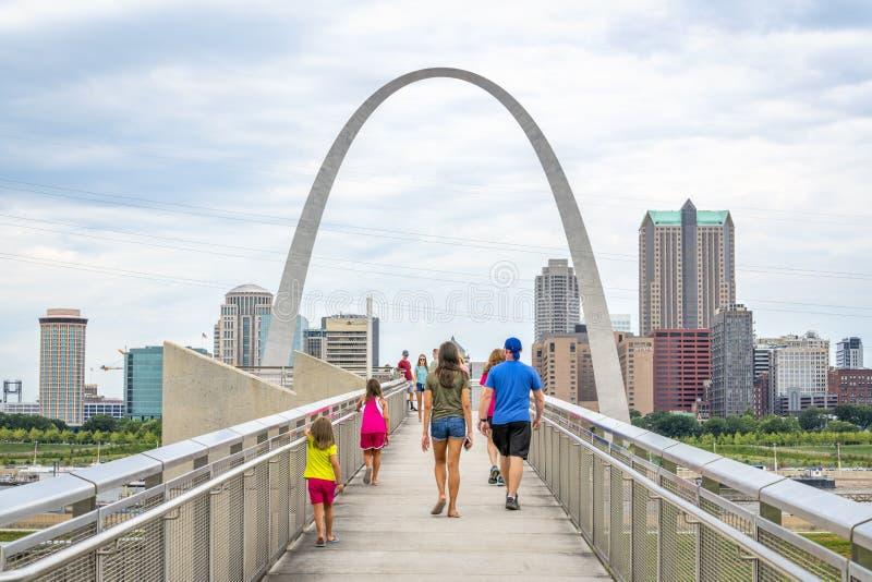 El St que visita Louis Gateway Arch pasa por alto fotos de archivo libres de regalías