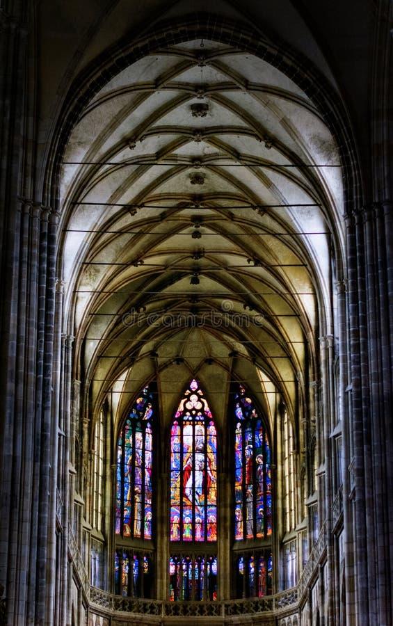 El St Vitus Cathedral se sitúa totalmente dentro del complejo del castillo de Praga imagen de archivo libre de regalías