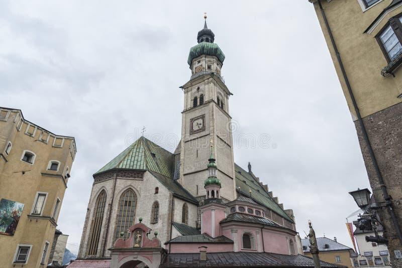 El Stadtpfarrkirche del St Nicolás de la iglesia parroquial en el cuadrado central Oberer Stadtplatz, en Pasillo en el Tyrol foto de archivo libre de regalías