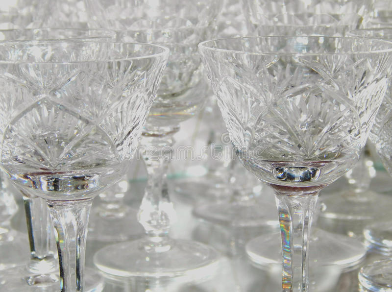El stemware cristalino con reflejos de luz hermosos, se puede utilizar como fondo fotografía de archivo libre de regalías
