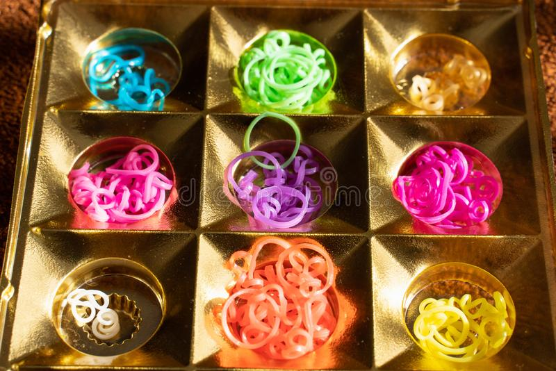 El?sticos do silicone em cores diferentes para braceletes de entran?amento Faculdade criadora da crian?a, passatempo, feito a m?o fotos de stock royalty free