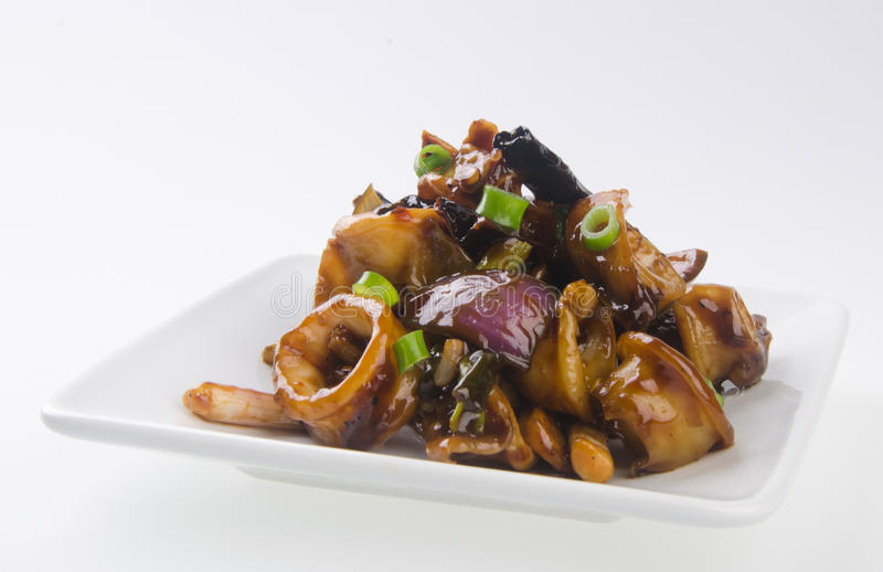 El Stir frió el calamar picante de la salsa de soja con la cebolla imagen de archivo