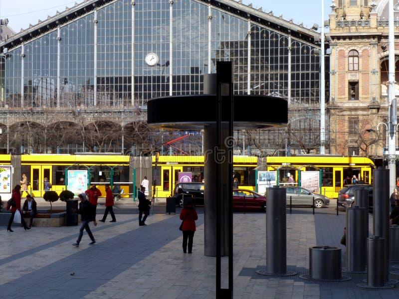 El streetscape occidental de la estación de tren con la tranvía amarilla imagen de archivo