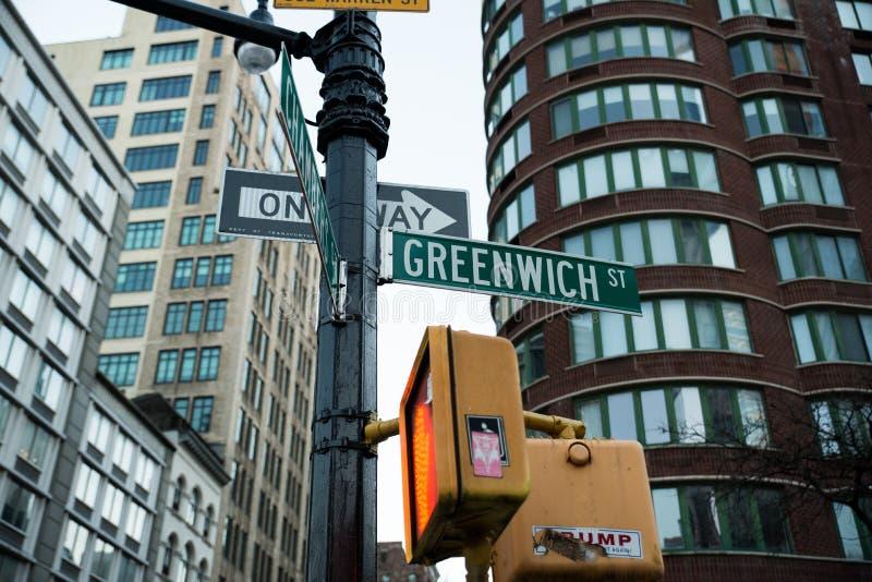 El Streetsign para la calle del pueblo de Greenwhich en parque de batería y el pueblo del oeste de Nueva York con los edificios imagen de archivo